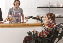 Este brazo robot para silla de ruedas hace de todo, desde abrir puertas hasta maquillaje