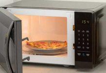 ¿Por qué jamás debes colocar metal en el horno de microondas?